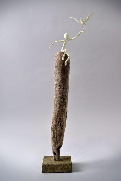 Sculpture bois, bois flotté, métal, papier, acrylique et patine (78x32x22 cm)