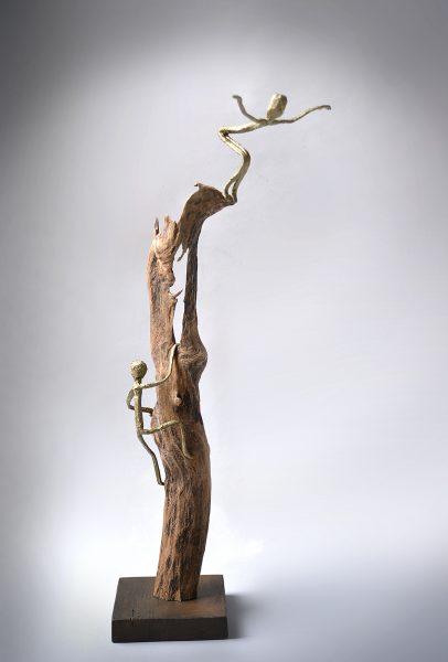 Sculpture bois, bois flotté, métal, papier, acrylique et patine (77x35x22 cm)